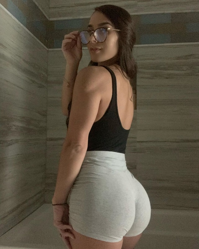 Girl with big tits behing coby covington in ufc Janeece Sinclair Bio Age Colby Covington Girlfriend Wife Height
